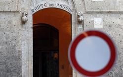 """Banca Monte dei Paschi di Siena a fait état vendredi d'une perte nette de 109 millions d'euros au troisième trimestre liée aux coûts de la liquidation du produit dérivé """"Alexandria"""", à l'origine de lourdes pertes et d'enquêtes judiciaires. /Photo d'archives/REUTERS/Giampiero Sposito"""