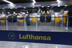 Aéroport de Francfort. La compagnie aérienne allemande Lufthansa a annoncé dimanche qu'elle annulerait 929 vols lundi en raison de la poursuite de la grève d'une partie de son personnel navigant, ce qui affectera environ 113.000 passagers. /photo prise le 6 novembre 2015/REUTERS/Ralph Orlowski