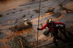 Equipe de resgate buscando vítimas na cidade de Mariana, Minas Gerais.  08/11/2015   REUTERS/Ricardo Moraes