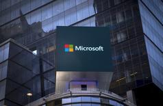 """Microsoft va aider des start-up françaises en leur fournissant des services d'une valeur de 70 millions d'euros sur trois ans, a-t-on appris lundi auprès du groupe informatique. Parallèlement, le géant américain du logiciel participera à hauteur de 13 millions d'euros au """"plan numérique"""" de l'Education nationale. /Photo d'archives/REUTERS/Mike Segar"""