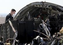 Следователь на месте крушения российского авиалайнера близ города Эль-Ариш в Египте 1 ноября 2015 года. Израиль считает, что крушение российского самолета, упавшего 31 октября на Синайском полуострове, могло быть вызвано действиями боевиков, сказал министр обороны страны Моше Яалон в понедельник. REUTERS/Mohamed Abd El Ghany