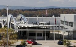 Volkswagen va proposer un avoir de 1.000 dollars aux propriétaires de certains modèles diesel aux Etats-Unis qui, comme l'a reconnu le constructeur automobile, ne respectent pas les normes d'émissions nationales. /Photo prise le 4 novembre 2015/REUTERS/Tami Chappell