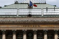 La Bourse de Paris est attendue en hausse à l'ouverture mardi avec l'affaiblissement de l'euro qui pourrait soutenir les résultats des entreprises de la zone euro. A 08h39, le contrat à terme sur l'indice CAC 40 gagne 0,5%. /Photo d'archives/REUTERS/Charles Platiau