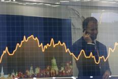 """Экран с финансовым графиком на инвестфоруме ВТБ Капитал """"Россия зовет!"""" в Москве. 2 октября 2014 года. Американские инвесторы сохраняют высокий интерес к российскому рынку локального долга на ожиданиях существенного смягчения монетарной политики ЦБР в ближайшем будущем, написали аналитики BofA Merrill Lynch, потратившие неделю на обсуждение экономических и политических перспектив России с крупнейшими инвесторами в долговые инструменты в США. REUTERS/Maxim Shemetov"""