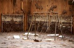 Pátio de escola em Bento Rodrigues tomado pela lama de barragens da Samarco que romperam.  09/11/2015   REUTERS/Ricardo Moraes