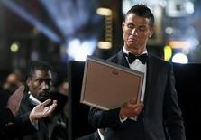 """El jugador Cristiano Ronaldo, reacciona tras recibir un certificado durante el estreno de su película """"Ronaldo"""" en Londres, el 9 de noviembre de 2015. El futbolista portugués Cristiano Ronaldo dijo a Reuters el lunes que no es lo suficientemente inteligente como para convertirse en presidente de la FIFA en el futuro. REUTERS/Stefan Wermuth"""