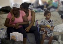 Família em abrigo para pessoas desalojadas no distrito de Bento Rodrigues, em Mariana, após rompimento de barragem.  6/11/2015. REUTERS/Ricardo Moraes
