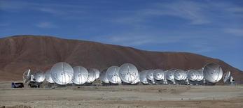 Imagen de archivo de unas antenas parabólicas del observatorio Atacama Large Millimeter/submillimeter Array (ALMA) en  El Llano de Chajnantor, Chile, mar 12, 2013. El observatorio ALMA en Chile, el más grande del mundo, dijo el martes que combinó sus funciones con otros centros de Europa y América del Norte para formar un telescopio virtual del tamaño de la Tierra, con una extraordinaria resolución que será clave en futuros hallazgos.  REUTERS/Ivan Alvarado