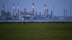 Вид на НПЗ Total в Донже 26 октября 2015 года. Цены на нефть снижаются за счет повышения запасов в США и опасений рецессии японской экономики. REUTERS/Stephane Mahe