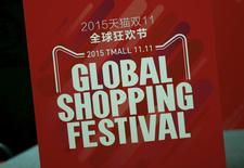 Alibaba, le géant chinois du commerce en ligne  annonce que ses ventes à l'occasion de la Journée des célibataires organisée en Chine sont d'ores et déjà supérieures aux 9,3 milliards de dollars (8,66 milliards d'euros) encaissés sur la globalité de cette même journée l'an passé. /Photo prise le 11 novembre 2015/REUTERS/Kim Kyung-Hoon
