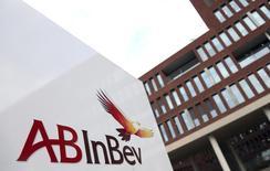 El logo de Anheuser-Busch InBev, afuera de la sede de la compañía, en Leuven, 26 de febrero de 2014. Anheuser-Busch InBev, la mayor cervecera del mundo, acordó vender la participación de un 58 por ciento de SABMiller en el emprendimiento conjunto MillerCoors a su socio Molson Coors por 12.000 millones de dólares. REUTERS/Francois Lenoir