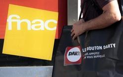 Darty a annoncé mercredi que la Fnac bénéficiait d'un délai supplémentaire jusqu'au 20 novembre pour formaliser son offre de reprise du groupe d'électroménager. Les deux groupes ont annoncé vendredi dernier être parvenus à un accord de principe après un relèvement de l'offre de la Fnac qui valorise Darty à 859 millions d'euros. /Photo prise le 6 novembre 2015/REUTERS/Eric Gaillard