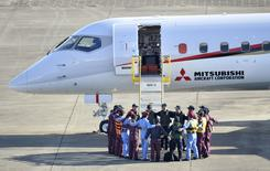 Flight crew members form a circle before taking off in Mitsubishi Aircraft Corp's Mitsubishi Regional Jet (MRJ) for a test flight at Nagoya Airfield in Toyoyama town, Aichi Prefecture, central Japan, in this photo taken by Kyodo November 11, 2015.  REUTERS/Kyodo