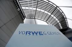 RWE annonce une baisse de 9% de son bénéfice d'exploitation sur une période de neuf mois et la société de services aux collectivités risque ainsi d'enregistrer son troisième exercice consécutif de recul de ses résultats. /Photo d'archives/ REUTERS/Ina Fassbender