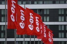 Флаги с логотипом E.ON у офиса компании в Эссене. 7 мая 2015 года. Подконтрольная немецкому E.ON российская генерирующая компания E.ON Russia сократила финансовые показатели в январе-сентябре текущего года и понизила свой прогноз на 2015 год. REUTERS/Ina Fassbender