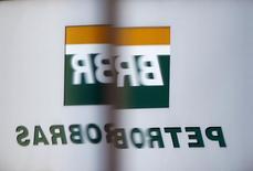 Логотип Petrobras в Сан-Паулу 6 февраля 2015 года. Бразильская нефтяная компания Petroleo Brasileiro SA (Petrobras) завершила третий квартал с убытком в связи с падением цен на нефть, ослаблением реала к доллару и экономической рецессией в Бразилии. REUTERS/Paulo Whitaker