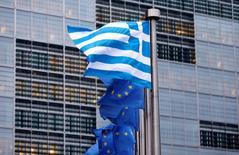 Les mesures de contrôle des capitaux en vigueur en Grèce ont eu sur l'économie un impact moins violent qu'attendu cet été. Le produit intérieur brut (PIB) a reculé de 0,5% sur juillet-septembre selon les données corrigées des variations saisonnières (CVS), alors que les économistes interrogés par Reuters prévoyaient en moyenne une chute de 2,7%. /Photo d'archives/REUTERS/François Lenoir