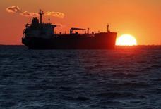 Imagen de archivo de un barco tanquero en el nodo petrolero de Fos-Lavera cerca de Marsella, oct 15, 2015. Ahora que los lugares de almacenamiento en tierra están a punto de rebosar en todo el mundo por un exceso de suministro, decenas de millones de barriles de petróleo esperan dentro de tanqueros un destino, amenazando con una parálisis logística.  REUTERS/Jean-Paul Pelissier