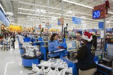 Una persona pagando sus compras en una tienda Walmart en Secaucus, Nueva Jersey, 11 de noviembre de 2015. Las ventas minoristas en Estados Unidos subieron menos de lo previsto en octubre por un sorpresivo declive en las compras de automóviles, lo que sugiere una desaceleración en el gasto del consumidor que podría debilitar las expectativas de un fuerte repunte del crecimiento económico en el cuarto trimestre. REUTERS/Lucas Jackson