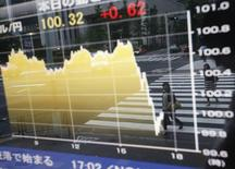 График курсов доллара и иены в Токио. Курс евро к иене упал до минимума шести с половиной месяцев и приблизился к аналогичному минимуму относительно доллара в понедельник после атак на Париж. REUTERS/Issei Kato (JAPAN - Tags: BUSINESS)