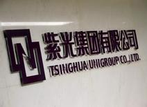 Логотип Tsinghua Unigroup в пекинском офисе компании. 15 ноября 2015 года. Китайская Tsinghua Unigroup Ltd планирует инвестировать 300 миллиардов юаней ($47 миллиардов) в течение ближайших пяти лет в попытке стать третьим по величине в мире производителем микросхем, сказал в понедельник глава государственного технологического конгломерата Чжао Вейгуо. REUTERS/Kim Kyung-Hoon