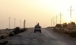 Автомобиль египетских военных на севере Синая. 25 мая 2015 года. Египетские силовики застрелили 24 экстремиста подразделения ИГ в центральном Синае, в 70 километрах от места крушения российского пассажирского самолёта, ответственность за которое взяла на себя эта группировка, сообщили источники в службах безопасности в понедельник. REUTERS/Asmaa Waguih