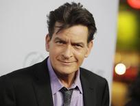 Ator Charlie Sheen posa para fotos em Hollywood. 11/04/2013 REUTERS/Fred Prouser