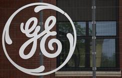 .General Electric est une des valeurs à suivre madi à Wall Street après l'annonce par le conglomérat de sa sortie du capital de Synchrony Financial via un échange d'actions. GE va annuler 671 millions d'actions, soit l'équivalent d'un rachat de titres de 20,4 milliards de dollars. /Photo d'archives/REUTERS/Vincent Kessler