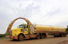 Un camión cisterna petrolero en Puerto Gaitán, Colombia, feb 12 12, 2015. La inversión extranjera neta en Colombia se desplomó un 71,3 por ciento interanual en octubre a 516 millones de dólares, debido a la salida de capitales de portafolios en activos locales, así como por menores flujos destinados a la industria minero petrolera, revelaron el martes cifras preliminares del Banco Central.     REUTERS/Jose Miguel Gomez