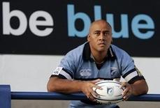 Jonah Lomu poses for photographers during a news conference in Cardiff, south Wales, November 14, 2005 file photo. REUTERS/Darren Staples/Files