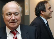 Presidente suspenso da Fifa, Joseph Blatter (esquerda), e o presidente da Uefa, Michel Platini, durante encontro em Bruxelas.   05/06/2008    REUTERS/Thierry Roge