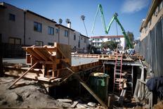 Personsa trabajan en una construcción de apartamentos, en Los Ángeles, California, 6 de febrero de 2015. Los inicios de construcciones de casas en Estados Unidos cayeron en octubre a su nivel más bajo en siete meses debido a un desplome en la construcción de viviendas unifamiliares en el sur del país, aunque un aumento de los permisos para edificar nuevas casas sugirió que el mercado inmobiliario continúa sólido. REUTERS/Lucy Nicholson
