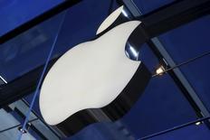 Apple est une des valeurs à suivre mercredi à Wall Street. Goldman Sachs a ajouté Apple à sa liste des valeurs spécialement recommandées à l'achat aux Etats-Unis en considérant que le titre pouvait gagner jusqu'à 43% par rapport à ses niveaux actuels. /Photo prise le 13 novembre 2015/REUTERS/Stephen Lam