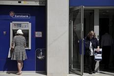 Deux des quatre principales banques grecques, Eurobank et Alpha Bank, seront en mesure de répondre à leurs besoins de fonds propres sans aide de l'Etat, les investisseurs ayant manifesté un intérêt soutenu pour leur augmentation de capital, selon des sources au sein de chacun des deux groupes bancaires. /Photo prise le 15 juin 2015/REUTERS/Alkis Konstantinidis