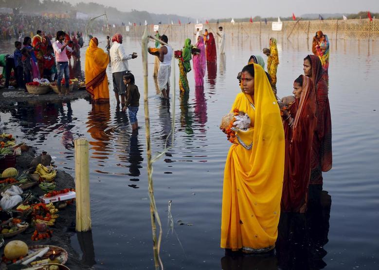 Praying to the sun god   Reuters com