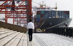 Les exportations japonaises, affectées par la faiblesse de la demande mondiale et en particulier chinoise, ont diminué de 2,1% en octobre, signant un premier recul en rythme annuel depuis août 2014. Les importations ont également fortement reculé en octobre, de 13,4%. /Photo prise le 20 octobre 2015/REUTERS/Toru Hanai