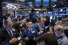 Трейдеры на фондовой бирже в Нью-Йорке. 4 ноября 2015 года. Уолл-стрит выросла в среду, а инвесторы, похоже, положительно настроились на повышение процентной ставки после того, как протокол октябрьского заседания Федеральной резервной системы показал, что значительное число чиновников поддержало такую возможность в декабре. REUTERS/Brendan McDermid