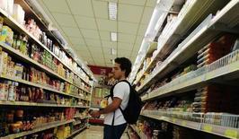 Un cliente mira el estante de la comida, en un supermercado en Sao Paulo, 10 de enero de 2014. La inflación anual de Brasil trepó por sobre el 10 por ciento hasta mediados de noviembre, su nivel más fuerte en 12 años, informó el jueves el Instituto Brasileño de Geografía y Estadística (IBGE). REUTERS/Nacho Doce