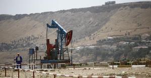 Нефтяной станок-качалка в Баку. 16 июля 2015 года. Государственный нефтяной фонд Азербайджана (ГНФАР) рассчитывает сохранить свои активы к концу 2016 года на уровне $35 миллиардов, без изменений к плановому показателю конца этого года, сказал чиновник фонда в четверг. REUTERS/Kai Pfaffenbach
