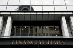 Les journalistes du Financial Times ont décidé à une écrasante majorité de faire grève pour contester les projets du japonais Nikkei, nouveau propriétaire du titre, au sujet de leur système de retraite, /Photo prise le 19 novembre 2015/REUTERS/Stefan Wermuth