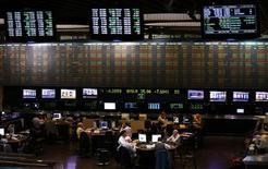 Operadores trabajando en la bolsa de comercio de Buenos Aires, oct 2, 2014. Después de algunos años miserables, los mercados emergentes podrían recibir un fuerte repunte de los flujos de capitales en 2016, predijeron esta semana algunos de los mayores inversores del mundo, aunque advirtieron que los beneficios no serán compartidos por todos por igual.     REUTERS/Marcos Brindicci (ARGENTINA - Tags: POLITICS BUSINESS)