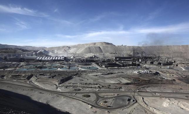 11月19日、米ゴールドマン・サックスはコモディティ価格が一段と下落する可能性を指摘した。チリ・カラマ近郊の銅鉱山で2011年4月撮影(2015年 ロイター/IVAN ALVARADO)