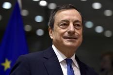 La Banque centrale européenne (BCE) est prête à agir rapidement pour faire remonter l'inflation dans la zone euro, selon son président Mario Draghi, qui évoque la possibilité de modifier le programme d'achats d'actifs de l'institution et le taux de dépôt. /Photo prise le 12 novembre 2015/REUTERS/Eric Vidal