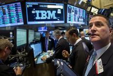 Operadores trabajando junto al puesto de IBM en la bolsa de Wall Street en Nueva York, oct 20, 2014. IBM está considerando hasta 3.000 despidos en Alemania, o un 18 por ciento de sus empleados en el país, en los próximos dos años, informó el jueves la revista empresarial Wirtschafts Woche, citando a un líder sindical.   REUTERS/Brendan McDermid