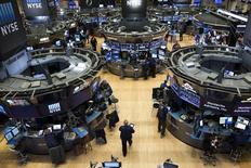 Трейдеры на фондовой бирже в Нью-Йорке. 6 ноября 2015 года. Фондовые рынки США открылись ростом в пятницу благодаря акциям Nike и могут продемонстрировать лучшую неделю с октября. REUTERS/Brendan McDermid