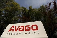 La Commission européenne a approuvé lundi sans condition le rachat du fabricant de semi-conducteurs Broadcom par son concurrent Avago Technologies pour 37 milliards de dollars (34,8 milliards d'euros). /Photo prise le 29 mai 2015/REUTERS/Robert Galbraith