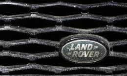 Jaguar Land Rover réalisera en 2015 un bénéfice avant impôt inférieur à celui de l'exercice précédent en raison d'investissements importants et de la destruction de milliers de véhicules dans la catastrophe de Tianjin, en août en Chine. /Photo prise le 16 septembre 2015/REUTERS/Kai Pfaffenbach