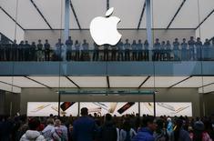 Apple, à suivre mardi à la Bourse de New York. Le fabricant de l'iPad espère lancer son système de paiements mobiles Apple Pay en Chine d'ici le début février et a conclu à cet effet des accords avec quatre grandes banques publiques du pays, rapporte le Wall Street Journal. /Photo prise le 21 novembre 2015/REUTERS