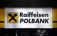 Логотип Raiffeisen Polbank в центральном офисе банка в Варшаве. 30 марта 2015 года. Raiffeisen Bank International готовится вновь выйти на рынок в ближайшие дни с продажей своего польского подразделения Raiffeisen Polbank, несмотря на сохраняющиеся риски с неопределенностью банковского налогообложения и обменом валютных кредитов, сказали Рейтер два источника на финансовом рынке. REUTERS/Kacper Pempel