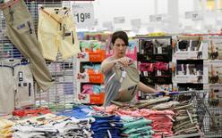 La confiance du consommateur américain s'est contre toute attente nettement dégradée en novembre à 90,4, au point de toucher un plus bas depuis septembre 2014. /Photo d'archives/REUTERS/Rick Wilking